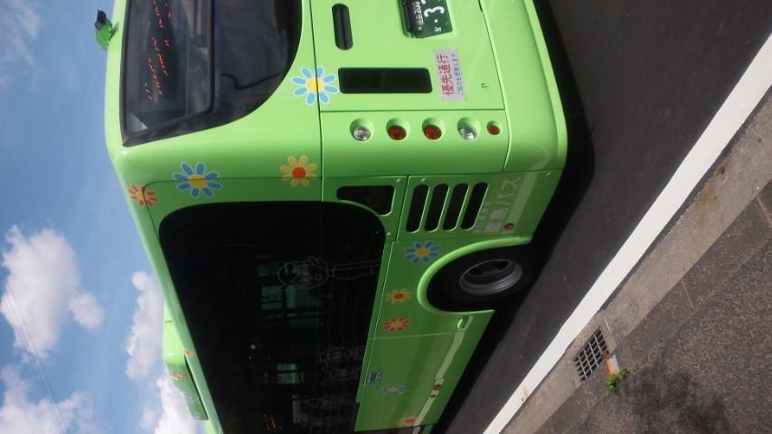 会社近くのバス停が営業開始。時々やってくるかわいらしいバス。